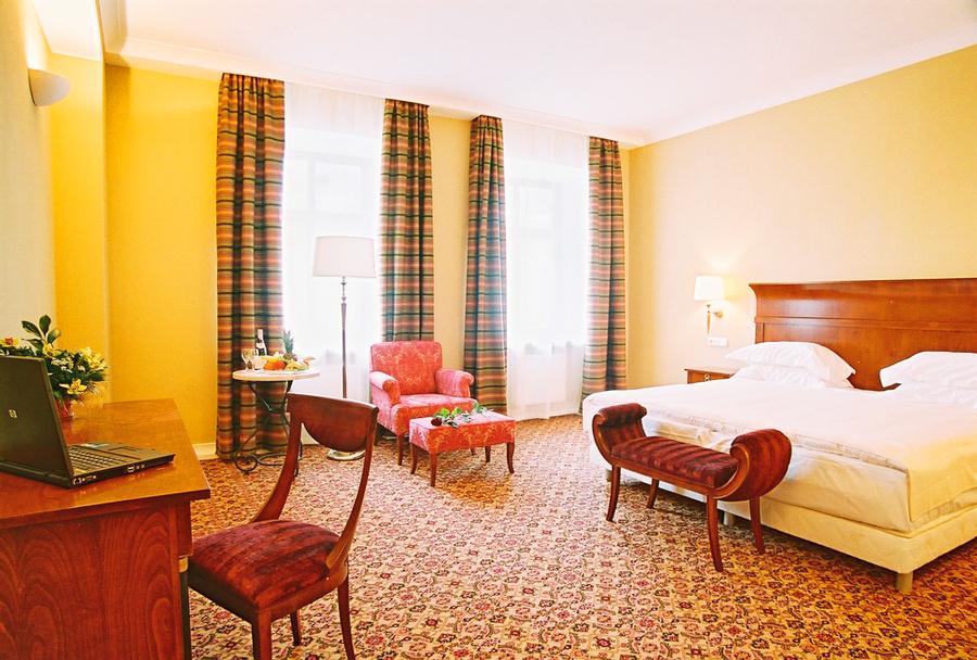 leopolis hotel suite bedroom 1Отель Леополис