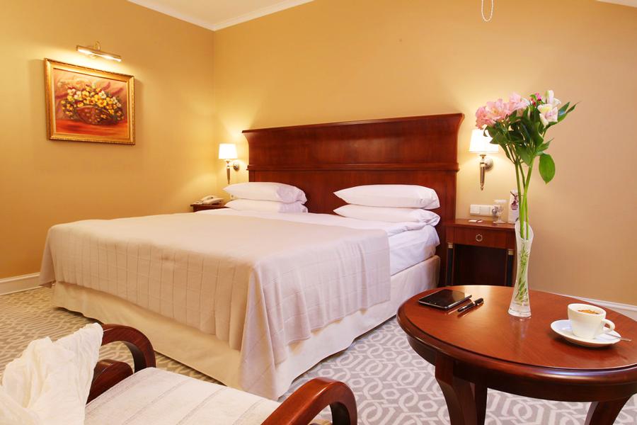 leopolis hotel suite bedroomОтель Леополис