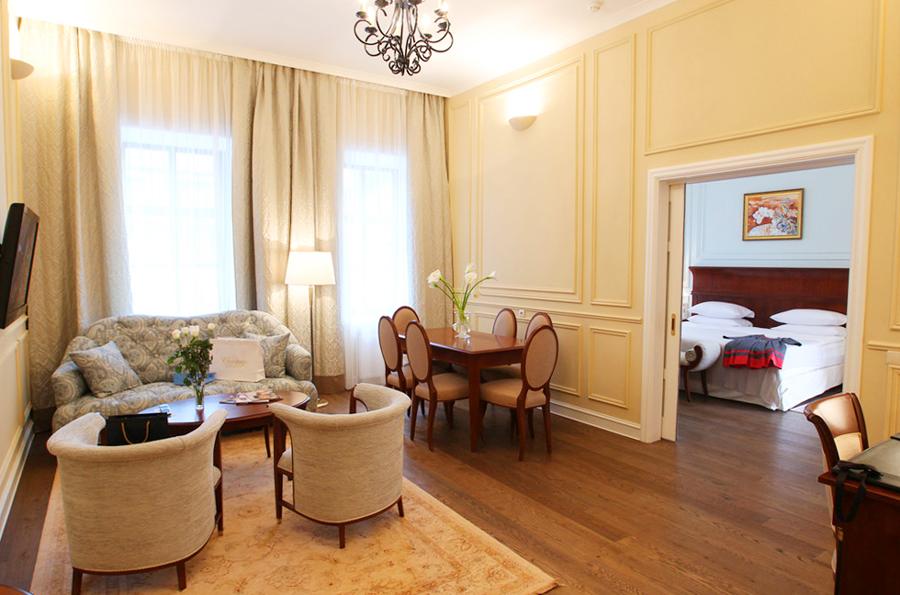 leopolis hotel suite livingroomОтель Леополис