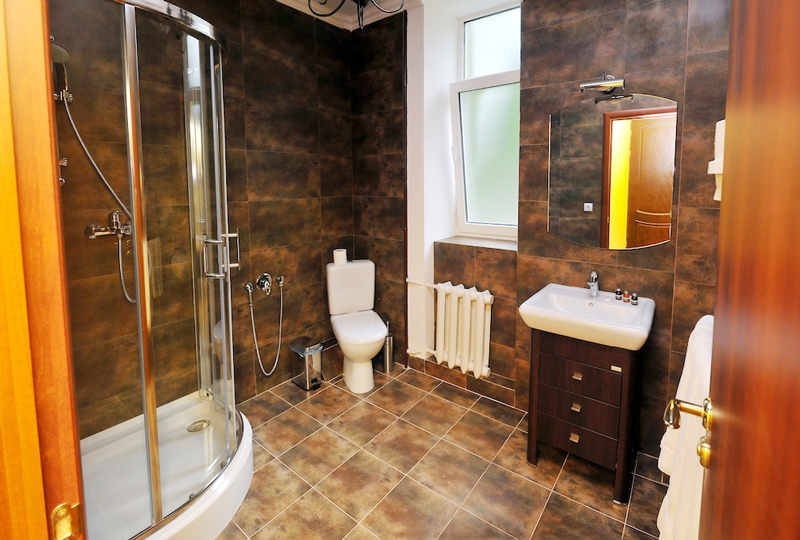 lion castle hotel austrian semi lux suite bathroomГостиница Замок Льва