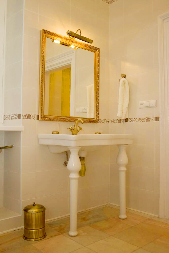 lion castle hotel lux suite bathroom 2Гостиница Замок Льва