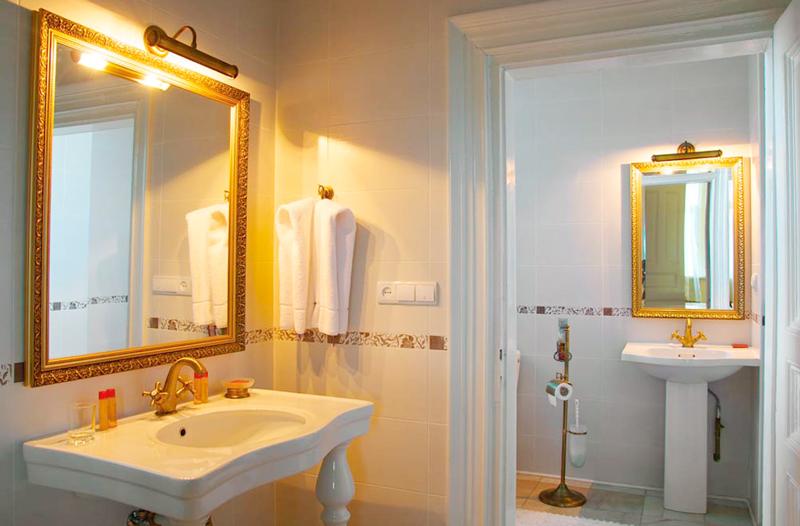 lion castle hotel lux suite bathroomГостиница Замок Льва