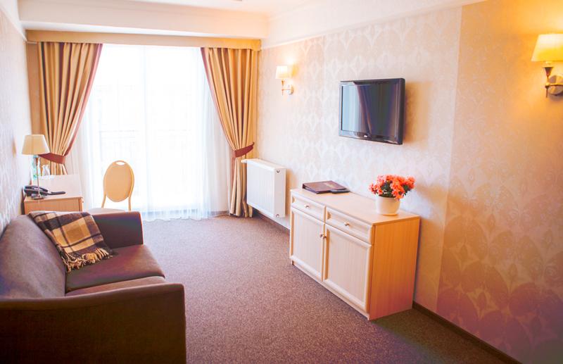 nota bene hotel junior suite livingroomОтель Нота Бене