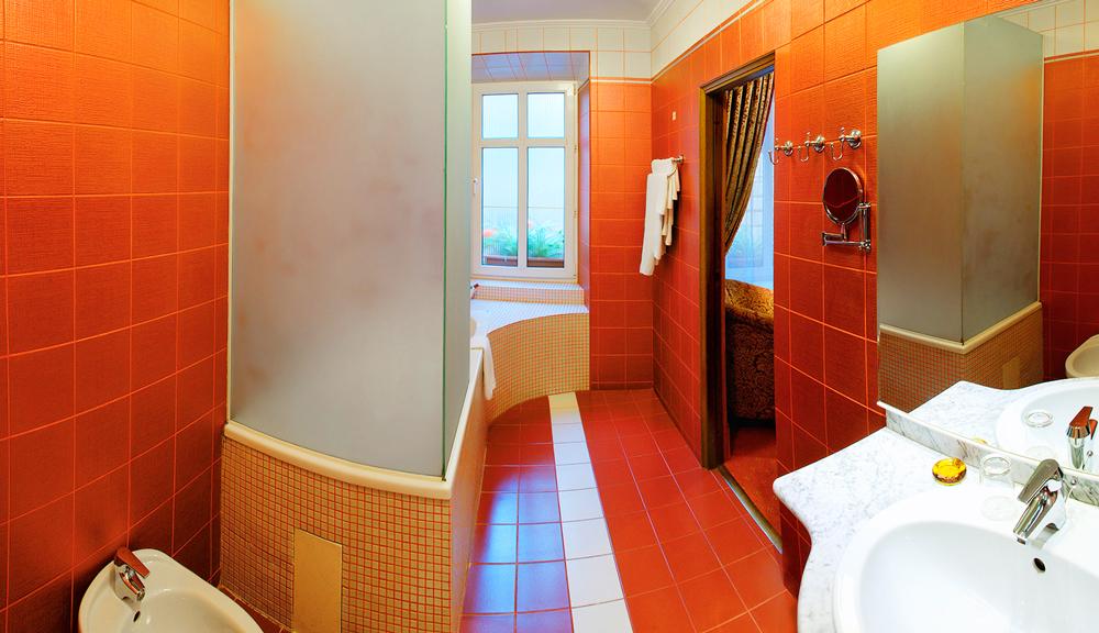 swiss hotel lux suite bath room 1Отель Швейцарский