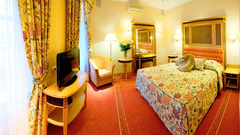 swiss hotel lux suite bedroom 1Отель Швейцарский