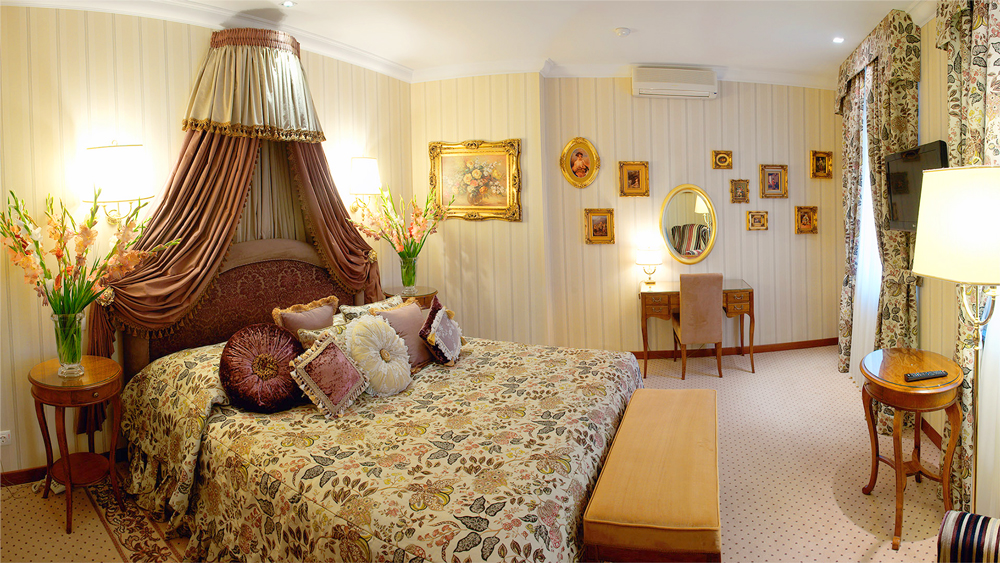 swiss hotel royal suite bedroom 1Отель Швейцарский