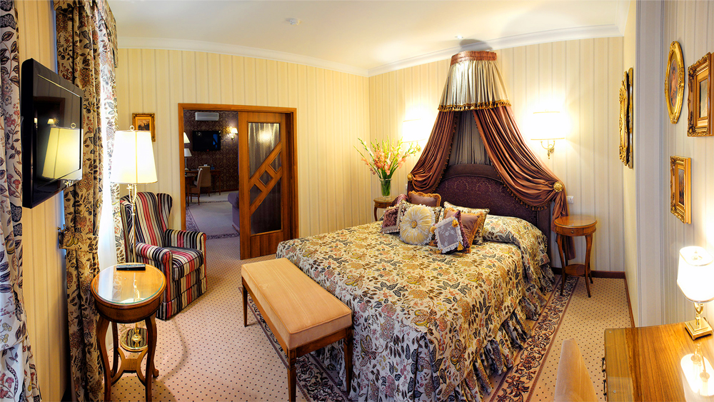 swiss hotel royal suite bedroom 2Отель Швейцарский