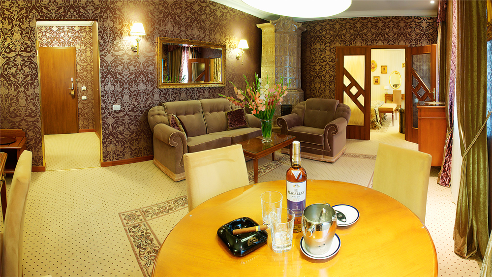 swiss hotel royal suite living room 1Отель Швейцарский
