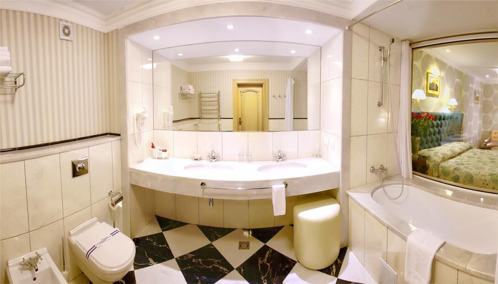 swiss hotel semi lux suite bathroomОтель Швейцарский
