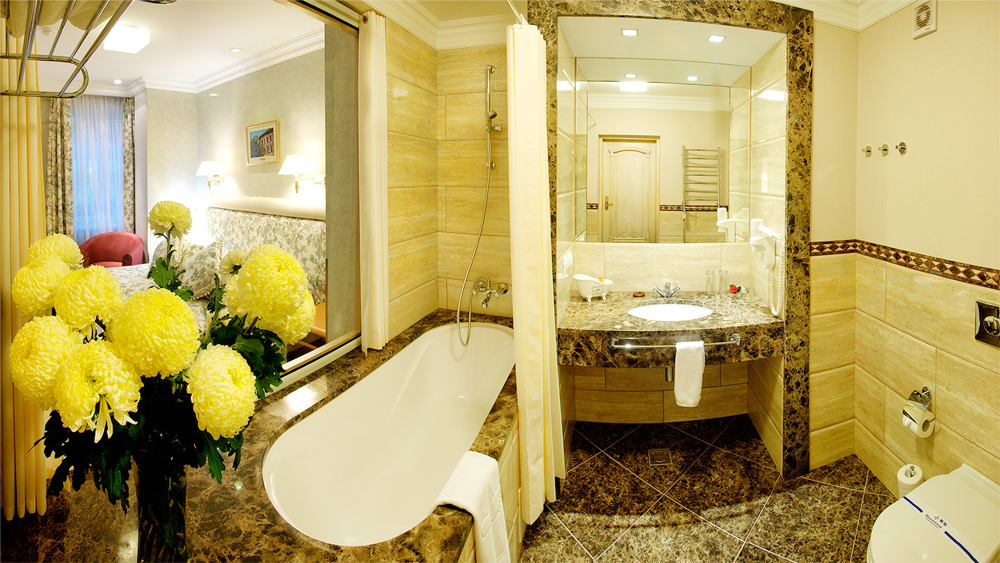 swiss hotel standart superio suite bathroomОтель Швейцарский