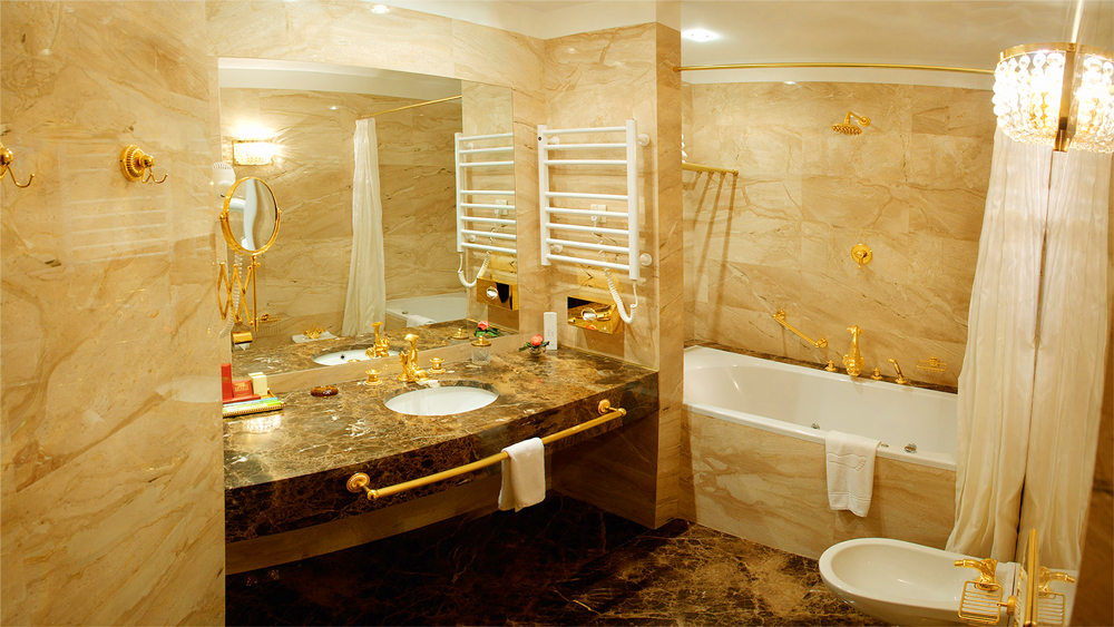 swiss hotel suite Saint Valentine bathroomОтель Швейцарский